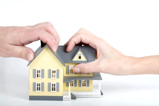 Як переоформити будинок на дружину