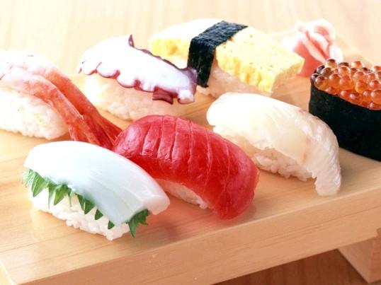 Як правильно їдять суші