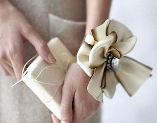 Як зробити ошатний браслет для маленької модниці?