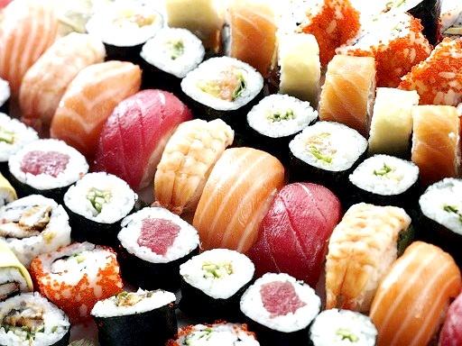Чому не можна їсти суші і роли до 21 року