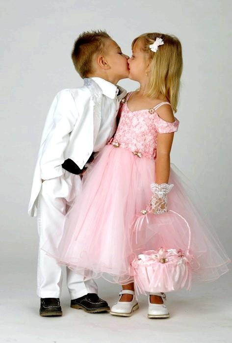 Про що може розповісти перший поцілунок