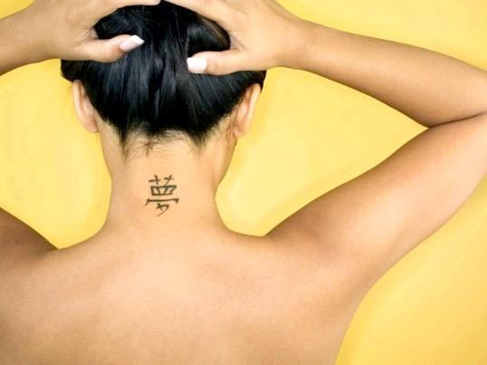 Ризики татуювання на шиї для дівчат