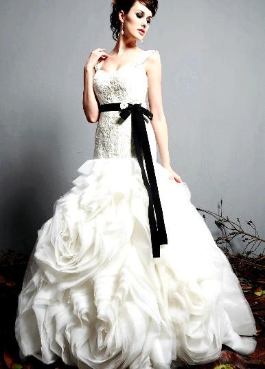Весільні сукні з трояндами