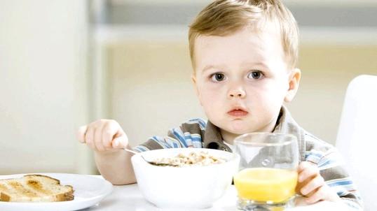 Чим нагодувати дитину 2 років на сніданок