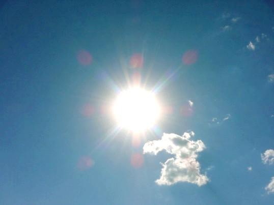 Чим шкідливе яскраве сонце для очей і шкіри