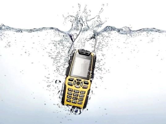 Що робити при попаданні води в телефон