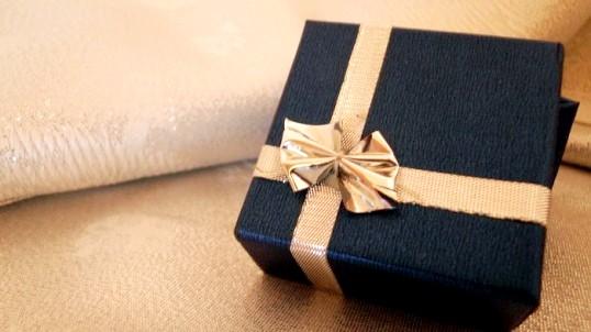 Що подарувати батькам з першої зарплати