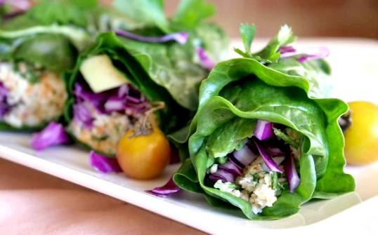 Яскраві конвертики з листя салату