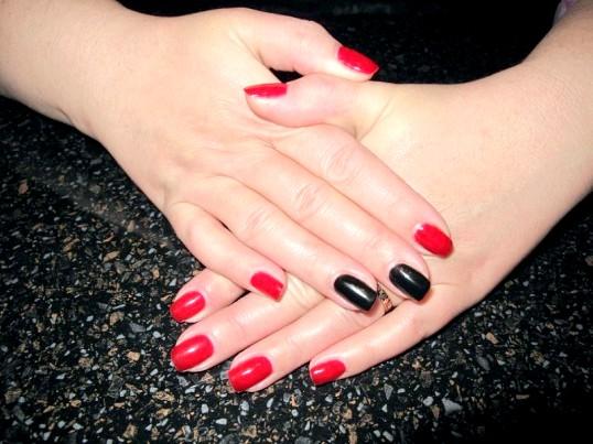 Чому два нігтя фарбують в інший колір