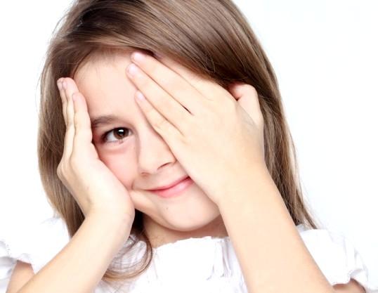 Чому дитина часто моргає