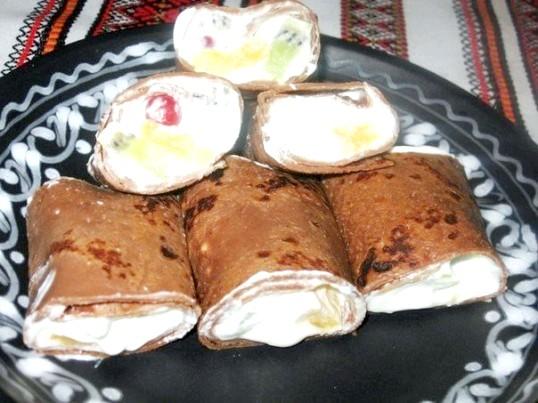 Шоколадні млинці з фруктами і збитими вершками