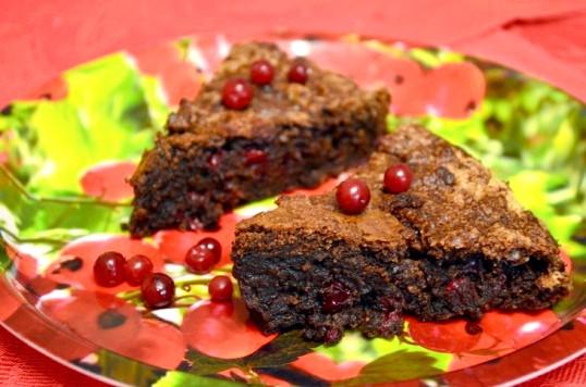 Шоколадний пиріг з брусницею