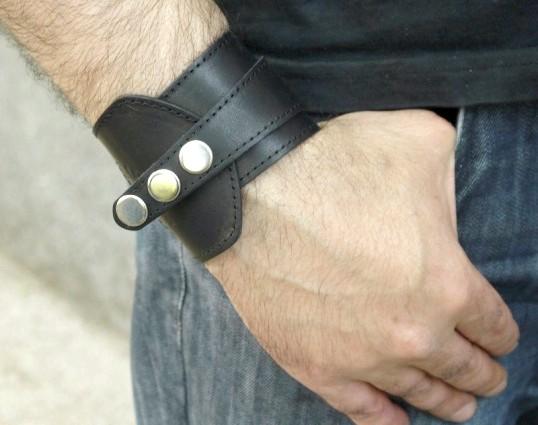 На якій руці носять браслет чоловіки