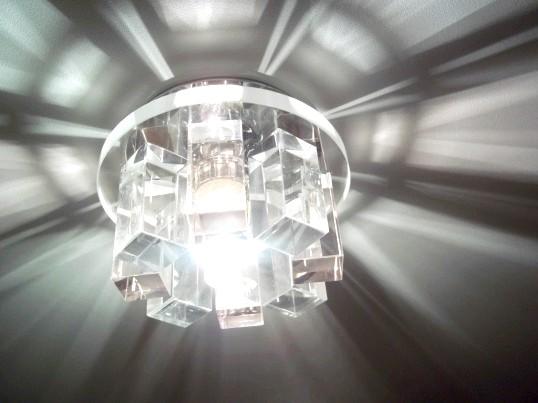 Точковий світильник в натяжна стеля
