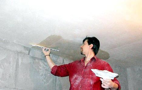 Уроки ремонту: як приготувати стелю до поклейки плит або шпалер