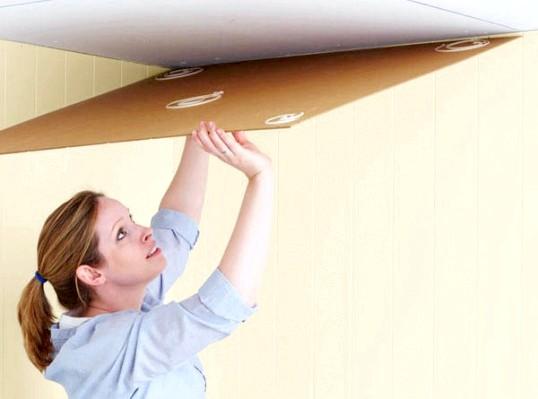 Уроки ремонту: клеїмо стельову плитку