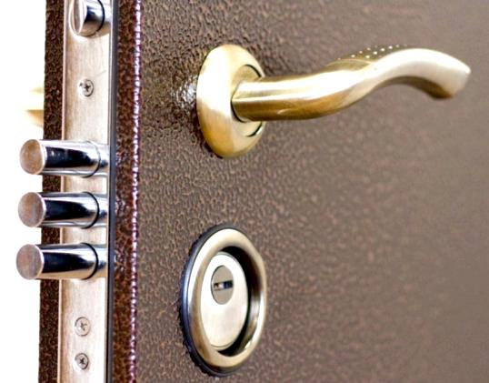 Установка вхідних дверей в квартиру: на що звернути увагу